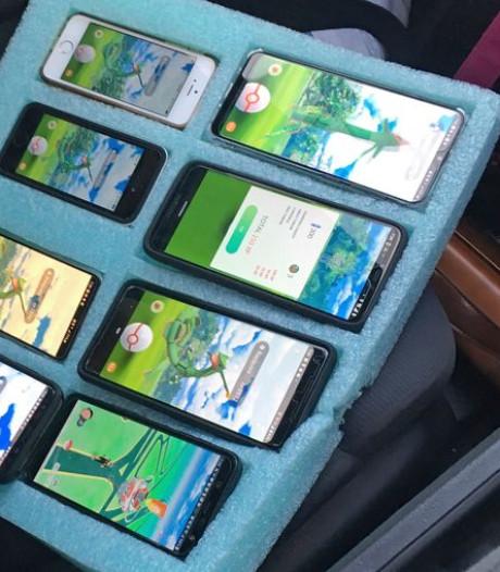 Pokémon Go-speler rijdt rond met acht smartphones, maar ontloopt boete