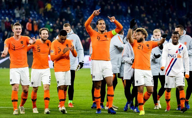 De spelers van het Nederlands elftal bedanken het publiek na de 2-2 tegen Duitsland, afgelopen maandag. Beeld Koen van Weel, ANP