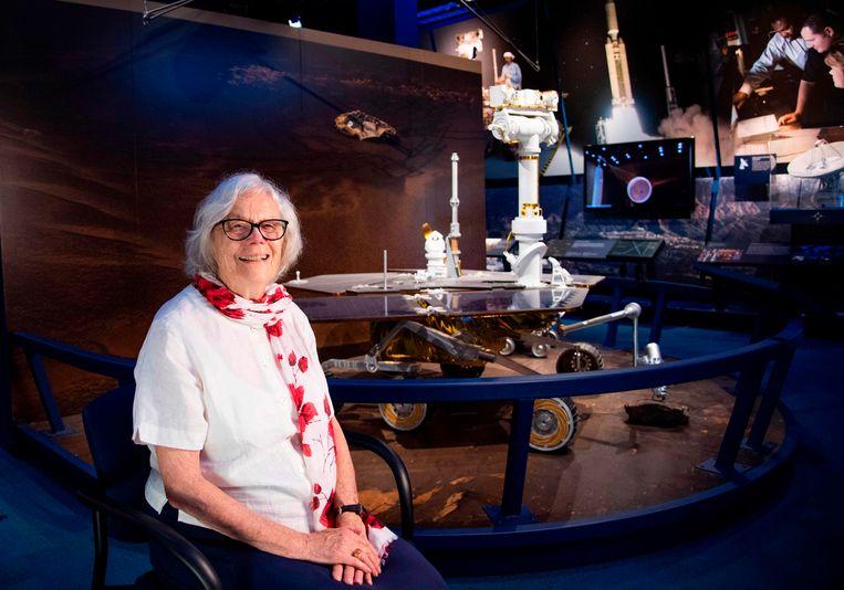 In de terugblikken op de eerste mens op de maan, vijftig jaar geleden, zijn de vrouwen die aan de basis stonden van deze expeditie vaak vergeten. Zoals Sue Finley, die eind jaren vijftig computerberekeningen over voorgangers van de Apollo 11 moest overdoen, omdat die niet bleken te kloppen. Gisteren was ze terug bij de Nasa in Pasadena. Beeld AFP
