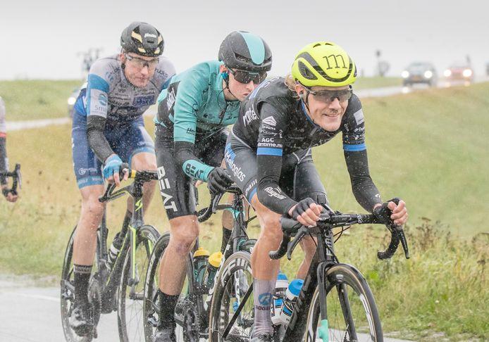 Wielrenner Thijs de Lange (gele helm) in de kopgroep, vorige week in Zeeland.