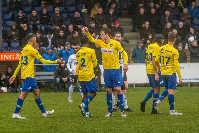Robert Roosen (midden) maakte zijn rentree in de basis bij Dongen nadat hij in december een enkelblessure opliep.