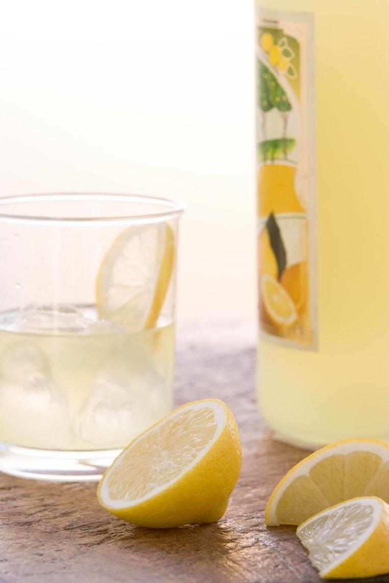 Basisrecept voor limoncello: de schil van 6 citroenen, 750 ml vodka, 1,5 kop suiker, 2 koppen water.