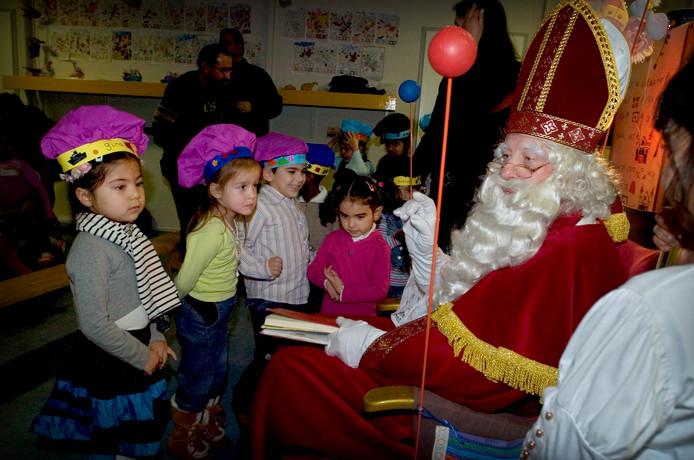 Asielzoekers horen al dertig jaar bij Oisterwijk. Ook Sinterklaas brengt een bezoek aan het azc op de hoek van de Scheibaan en de Kievitsblekweg.