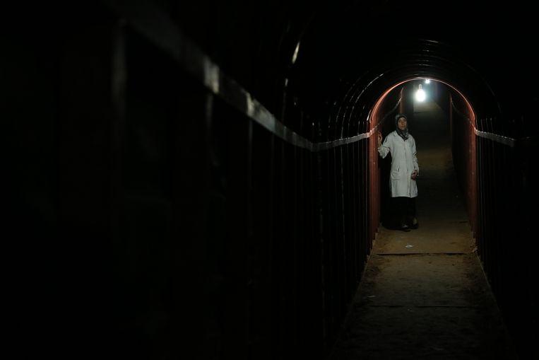 Kinderarts Amani Ballour in het ondergrondse ziekenhuis van Al Ghouta bij Damascus. Beeld National Geographic