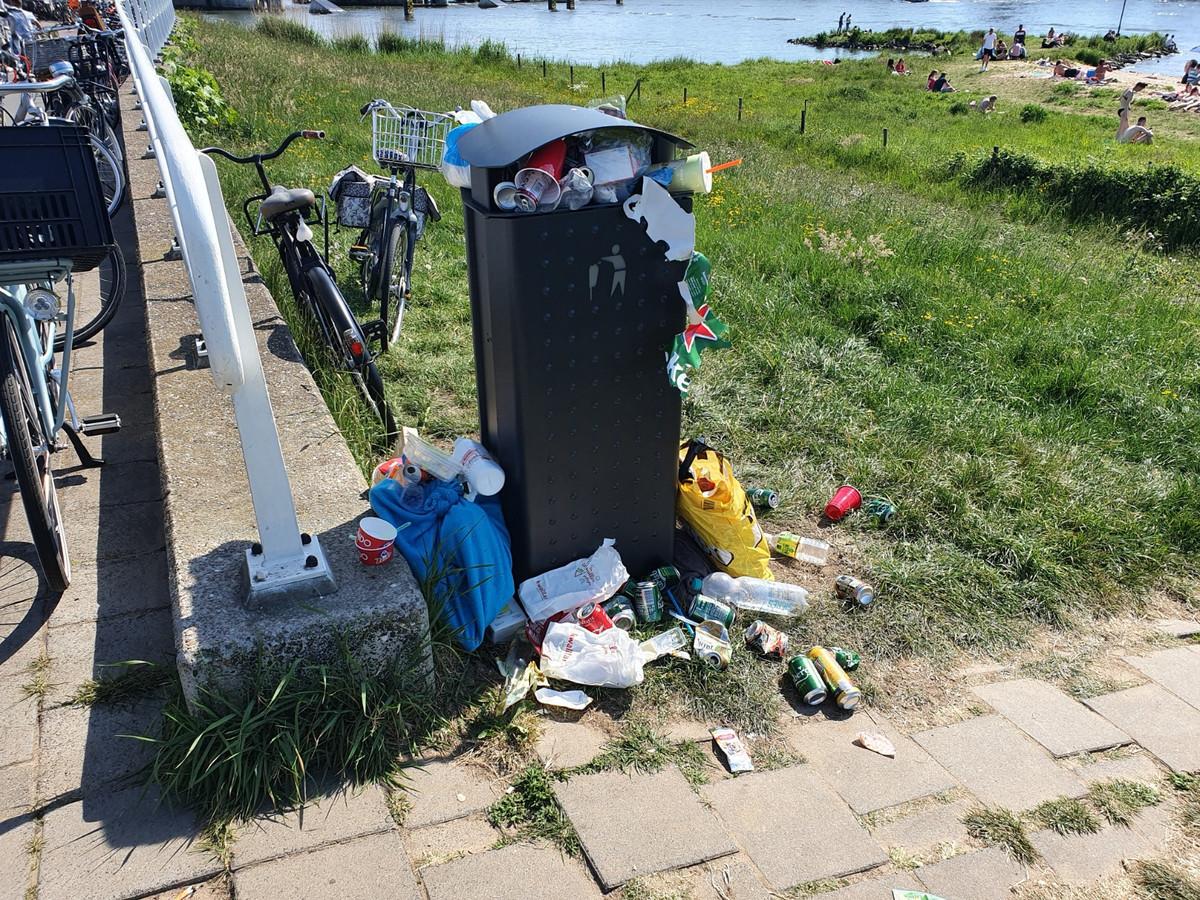 De prullenbak bij het strandje in Kampen is vaak overvol.