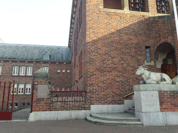 Het monumentale Krophollerpand op het Raadhuisplein in Waalwijk heeft zijn informatiebord weer terug.
