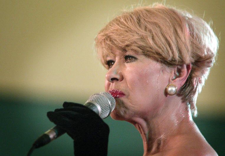 Zangeres Anneke Gronloh tijdens een optreden in 2002. Beeld ANP