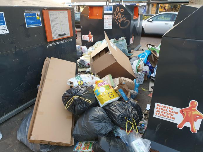'Bijzetafval' bij een ondergrondse afvalcontainer in Eindhoven.