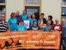 Roparun Friends Voorst verblijdt Team 90 met tweeduizend euro