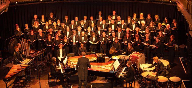 Het podium van Paradiso, tot de laatste meter gevuld met koor, solisten, piano's en percussie. Beeld © Robert Verhoeve