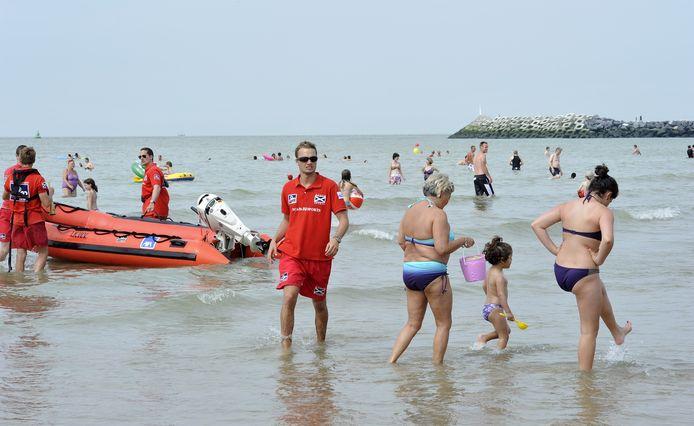 Oostende zet dit weekend elf redders in. Op de foto zie je een drukke zomerdag in 2013 aan het strand van Oostende.