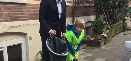 Burgemeester Ahmed Marcouch vervult wens Loek (6) en geeft hem afvalknijper