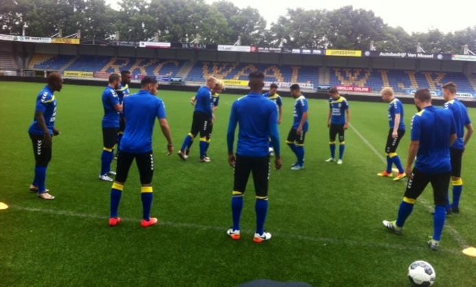 Moussa Sanoh (l) is terug op het trainingsveld van RKC Waalwijk. Maar hij mist nog ritme om tegen Telstar in actie te komen.