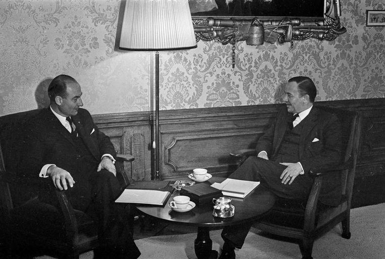 Piet de Jong (links) in 1967 als formateur in gesprek met de fractievoorzitter van de KVP, Norbert Schmelzer. Beeld anp
