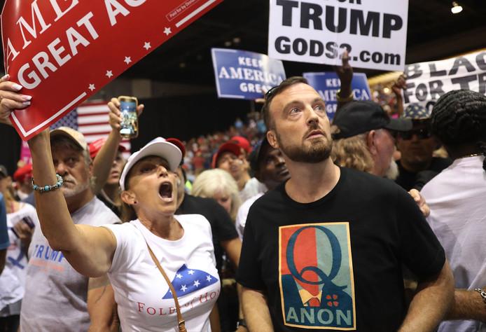 Aanhangers van QAnon laten zich voor het eerst in groten getale zien op de laatste Make America Great Again-bijeenkomst van Donald Trump.