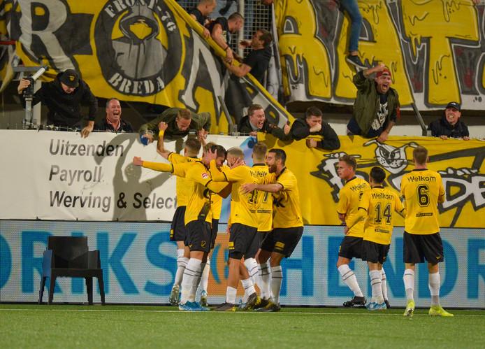 De spelers van NAC vieren de late zege met de meegereisde fans.
