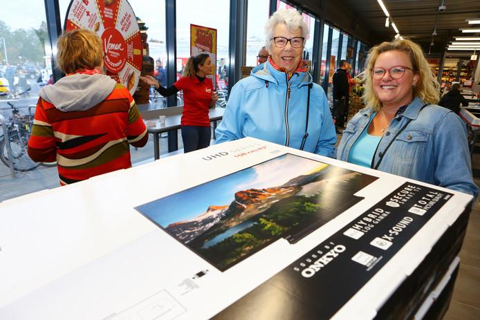 Opening van de Vomar supermarkt in Ter Aar. Deze dames gingen met twee televisies de deur uit. Op de foto: Lia Vink (l) en Claudia Vink (r).
