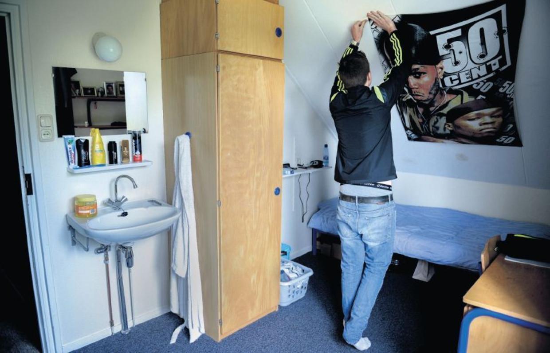 Een jongen op zijn kamer in jeugdzorginstelling De Hoenderloo.