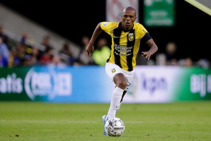 Thulani Serero voor Vitesse in actie tegen PEC Zwolle.