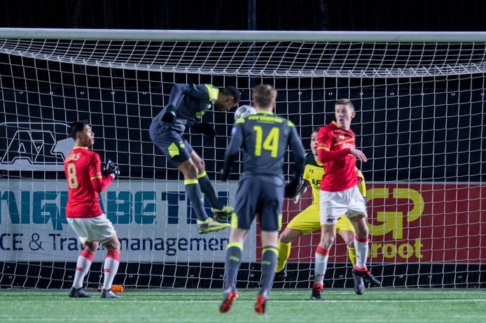 Jong PSV-speler Cody Gakpo scoort 2-1 tegen Jong AZ