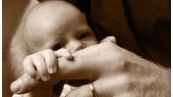 Prins Harry toont baby Archie voor Vaderdag