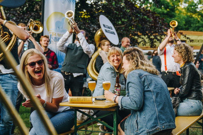 Bierfestival Mout in Nijmegen. Dit weekend strijkt het festival in het Spoorpark neer.