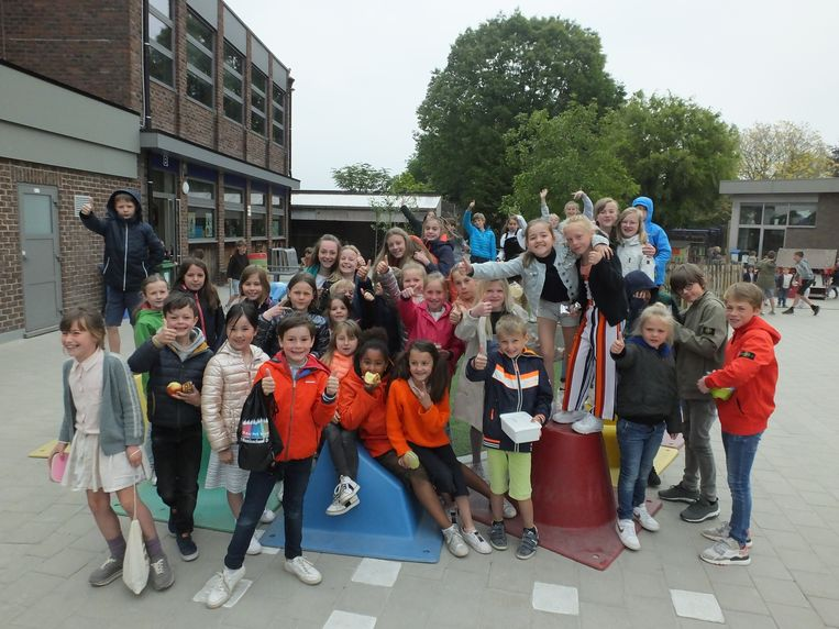 Enkele leerlingen van VBS De Pinte op hun nieuwe speelplaats.