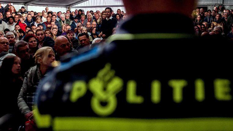 De politie heeft donderdagavond meerdere keren moeten ingrijpen tijdens een informatiebijeenkomst over de komst van een asielzoekerscentrum in Rotterdam-Beverwaard. Beeld anp