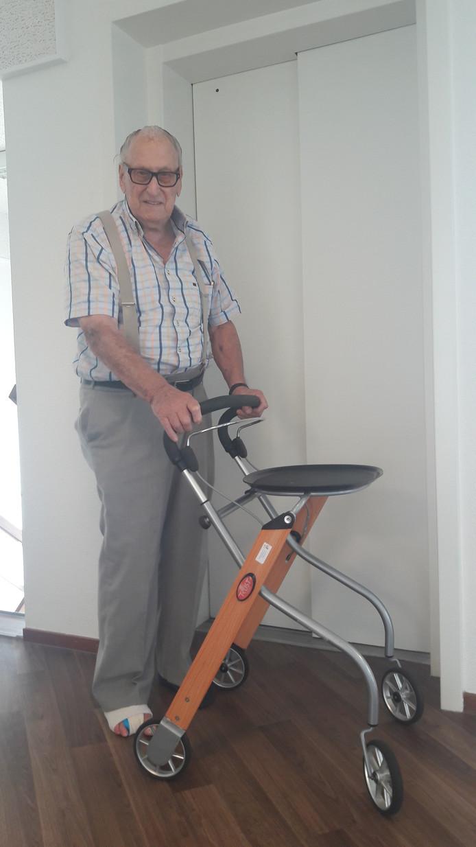 Tom de Rooij (88) bij de lift.