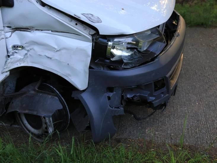Busje met zeven inzittenden botst met auto in Milheeze