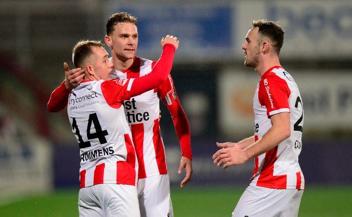 Grad Damen (rechts) viert de winnende treffer in de slotfase tegen Jong FC Utrecht met Olivier Rommens (links) en Rick Stuy van den Herik.
