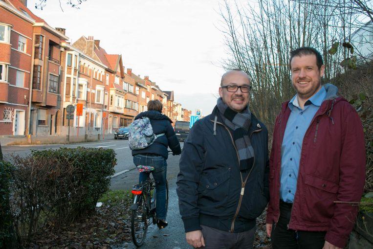 Schepenen Carl Hanssens en Wout De Meester in de Guido Gezellelaan, één van de 50 straten die de komende twee jaar openbare verlichting met leds krijgt.