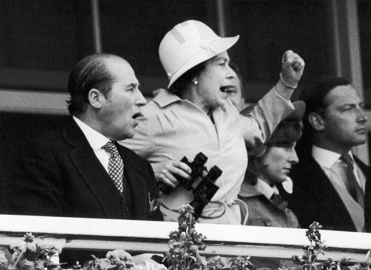 Queen Elizabeth II en Lord Porchester in 1978 tijdens de Epsom Derby.
