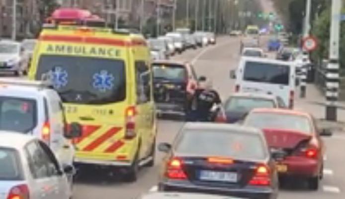 Een boze man gooit met een voorwerp op de kruising van de Graafseweg en Wolfskuilseweg in Nijmegen