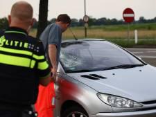 Fietser bij aanrijding met hoofd tegen voorruit van auto, met spoed naar ziekenhuis