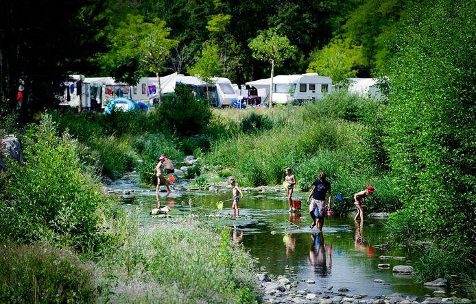Kinderen lopen rond met schepnetje in een riviertje langs een camping in het Franse Villeneuve-de-Berg (Ardeche). Foto ter illustratie.