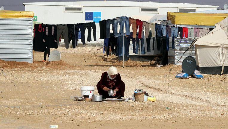 Archieffoto: een vrouw doet de afwas in een vluchtelingenkamp in Jordanië Beeld epa