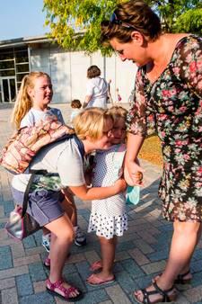 VIDEO: Dikke kus van haar zusjes en hup, daar gaat Finette's onderwijsloopbaan van start