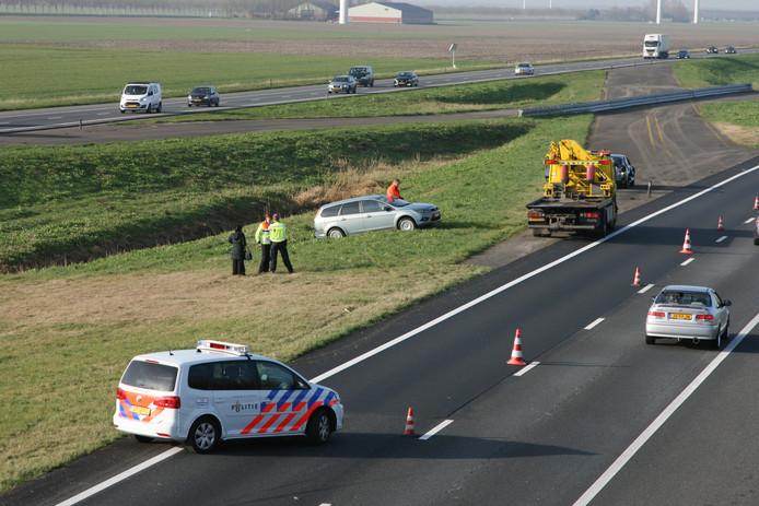 Bij het ongeval kwam een auto tot stilstand in de sloot.