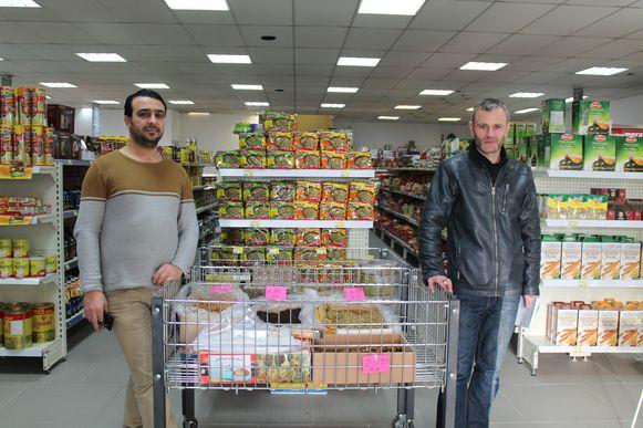 De twee vrienden verkopen een mix van Vlaamse en Arabische producten.