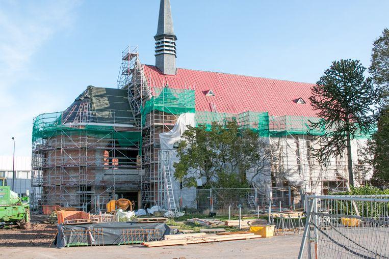 De Paterskerk staat in de steigers. Tegen september 2020 moet het nieuwe cultuurhuis en gemeenschapscentrum klaar zijn.
