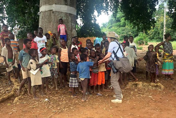Samen met onder meer Sacha de Boer en 3FM-dj Wijnand Speelman waren we de grootste attractie in het dorp. Foto Tom Hayes in Ivoorkust