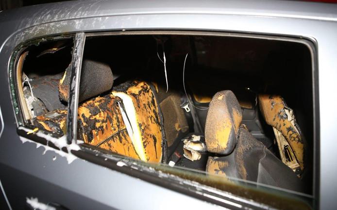 Auto in brand aan Van Veldekekade in Den Bosch