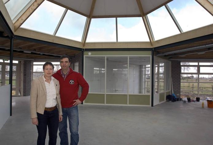 Thea en Robert Schuurmans in het bijeneducatiecentrum, toen ze het in maart nog in moesten richten.