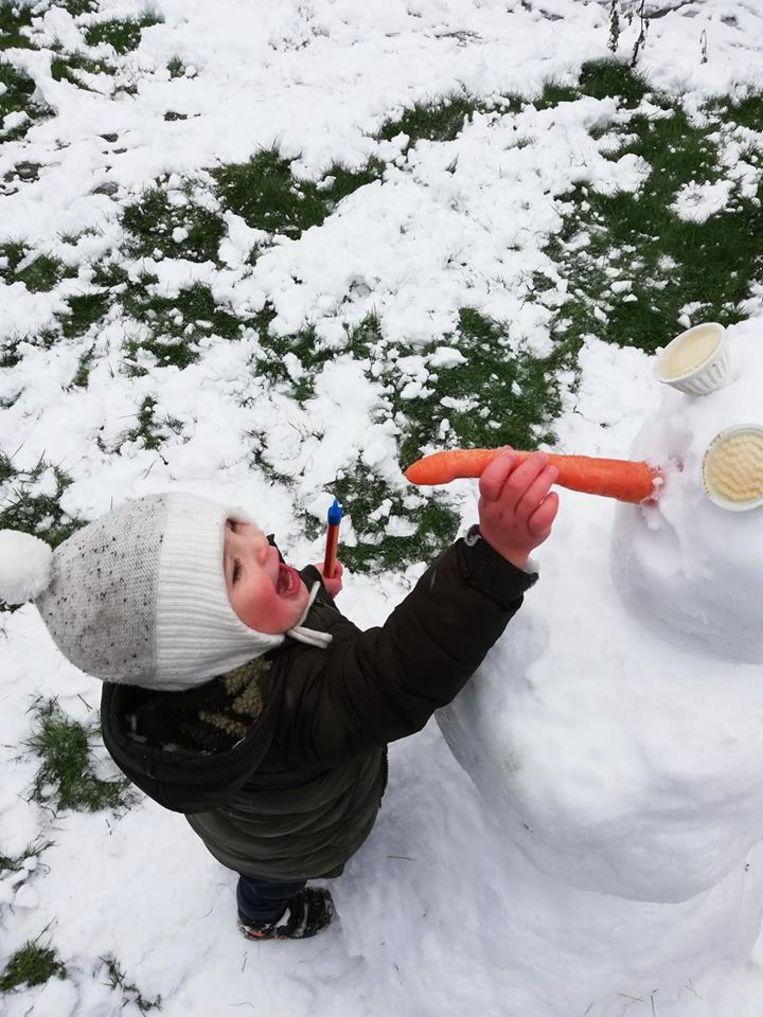Een wortel kan natuurlijk niet ontbreken bij deze sneeuwman.