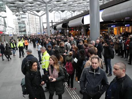 Instabiele hijskraan naast Den Haag Centraal: kantoren en winkels station ontruimd