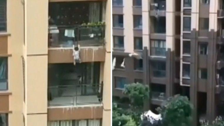 De peuter hing aan het balkon