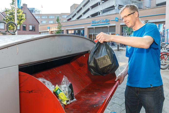 Ook wethouder Filip van As moet zijn plastic afval naar een container brengen.
