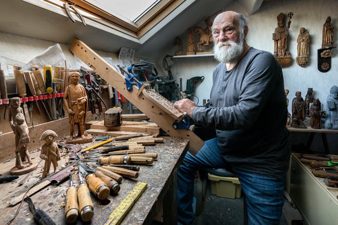 André van Bokhoven kan helemaal opgaan in zijn houtsnijwerk. ,,Als ik bezig ben, vliegt de tijd voorbij.''