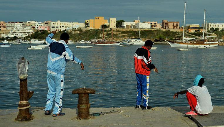 Overlevende migranten van de scheepsramp vorige week op Lampedusa. Beeld null